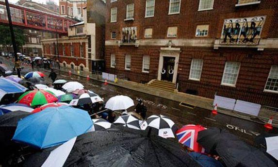 Люди ждут под больницей, откуда выйдут герцог и герцогиня Кембриджские с принцем