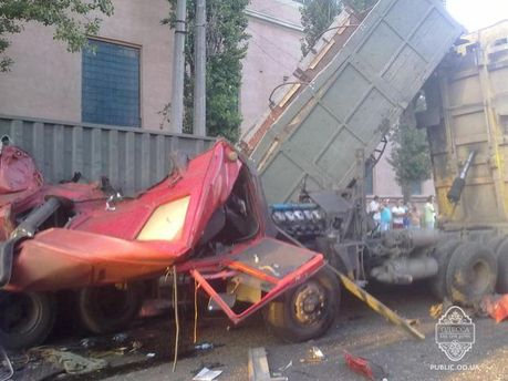 """В Одессе водитель заснул за рулем и влетел в """"КамАЗ"""""""