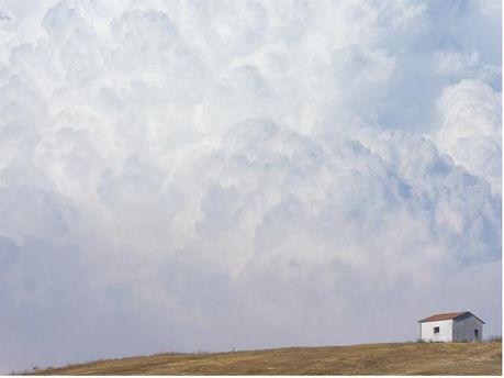 Фотограф знімав будинок з одного ракурсу і отримав різні ефекти