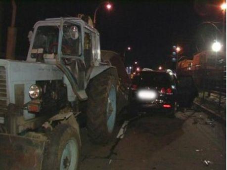 В Киеве Volkswagen въехал в трактор: есть раненые