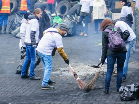 Прибирання на Майдані