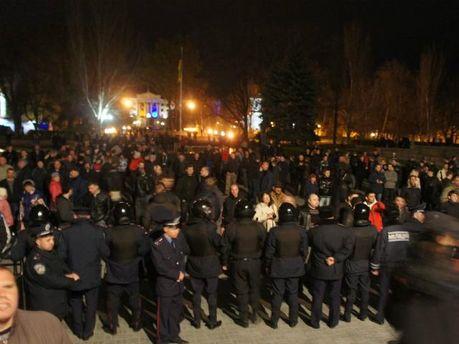 В Николаеве правоохранители тремя границами защищают ОГА от штурма (Фото)