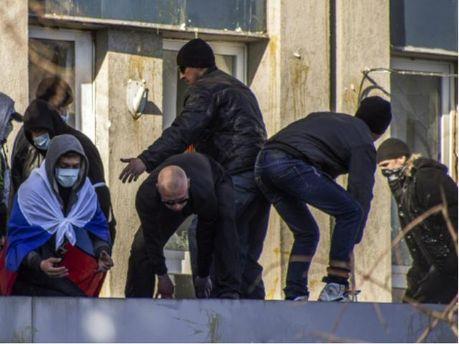 Сепаратисты боятся штурма и укрепляют баррикады возле здания СБУ в Луганске