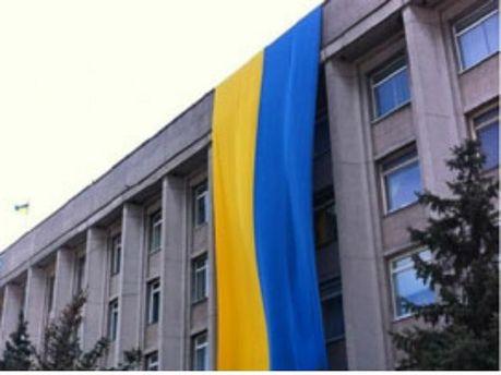 Херсонский горсовет украшает огромный флаг Украины (Фото)