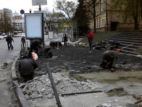 В Киеве кладут брусчатку