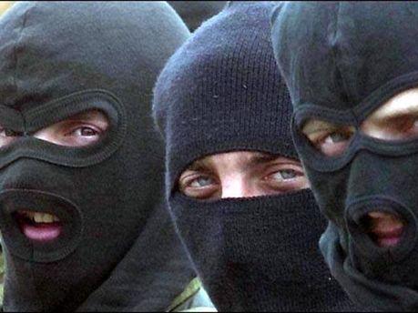 Увірвалися люди в масках