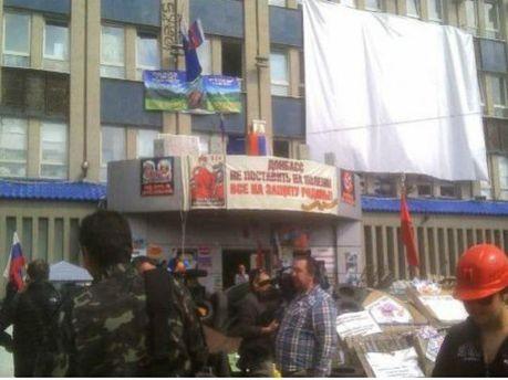 Мітингують біля захопленої СБУ