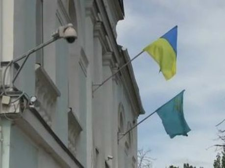 На здании Меджлиса снова развевается украинский флаг