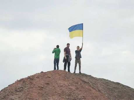 Студенти встановили прапор України на териконі