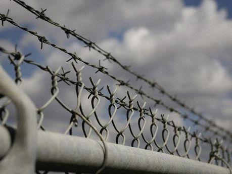 В тюрьму завезли оружие