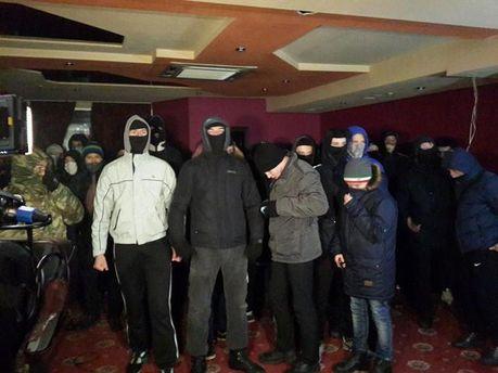 Неизвестные люди в масках