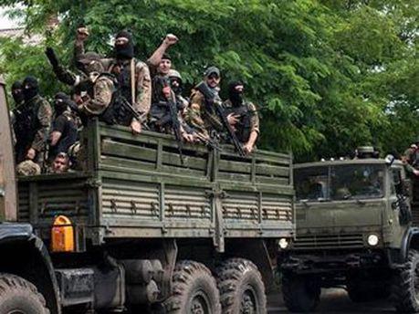 Вантажівка з озброєними людьми