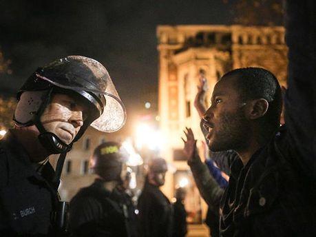 Полицейский и протестующий