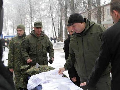 Арсен Аваков осматривает экипировку