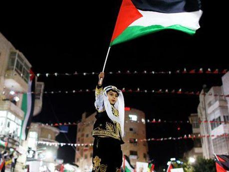 Дитина з прапором Палестини