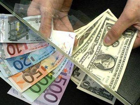 Долари та євро