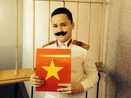 Хлопчик у костюмі Сталіна