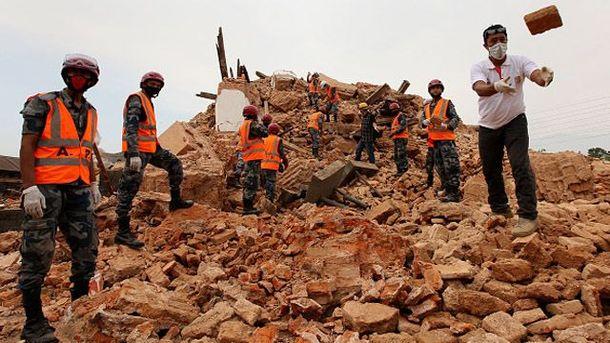 Спасатели разбирают завалы в Непале