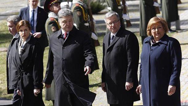 Петро Порошенко і Броніслав Коморовський з дружинами