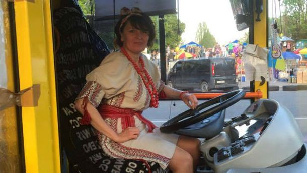 Женщине выделят премию за то, что водила троллейбус в вышиванке
