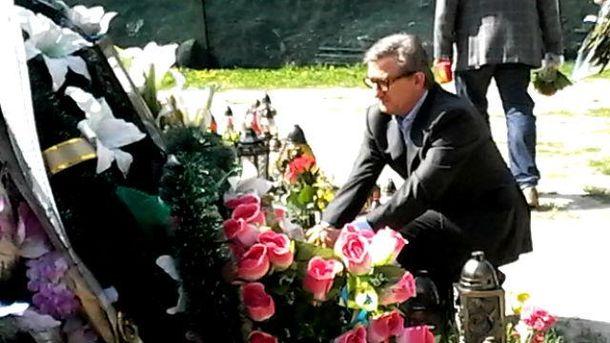 Сергей Тарута возлагает цветы на могилу солдата, погибшего в АТО