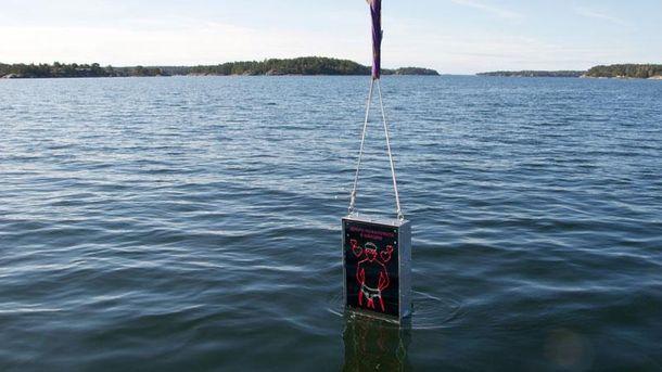 Погружение гей-рекламы в воду