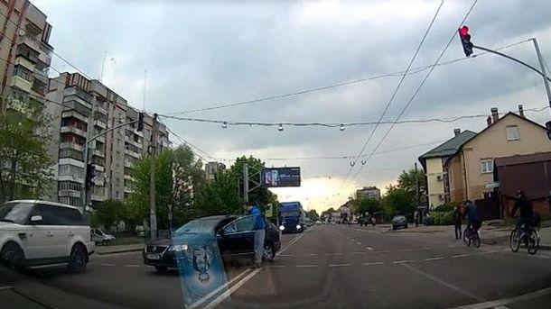 Пішохід говорить з порушником
