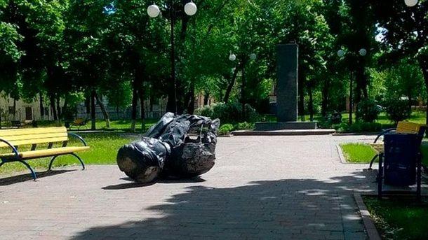 Повалений бюст Кірова