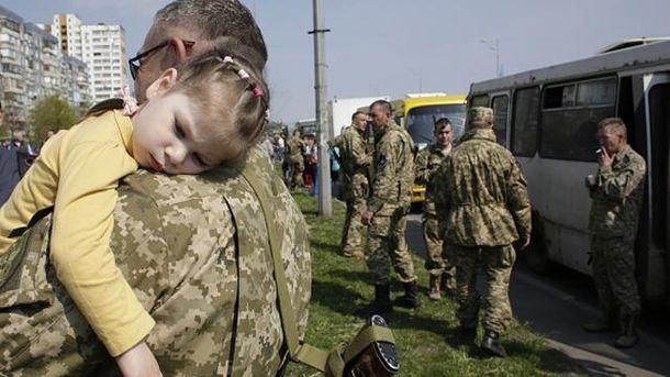 Український солдат з дитиною