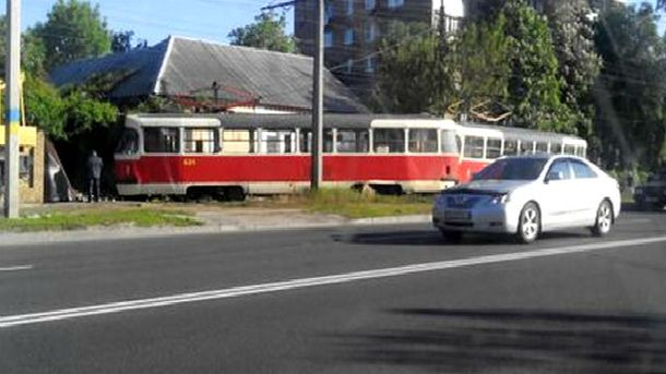 Трамвай врізався у житловий будинок