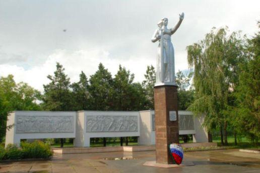 """Житель Кубані отримав 4 роки за свастику і символ """"Правого сектору"""" на братській могилі"""