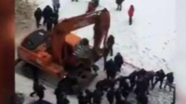 Россиян разогнали экскаватором