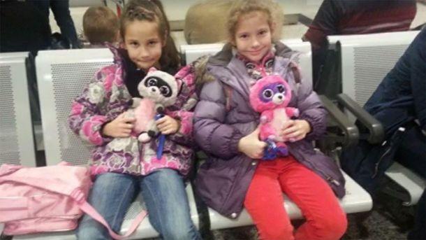 Юные украинки в канадском аэропорту