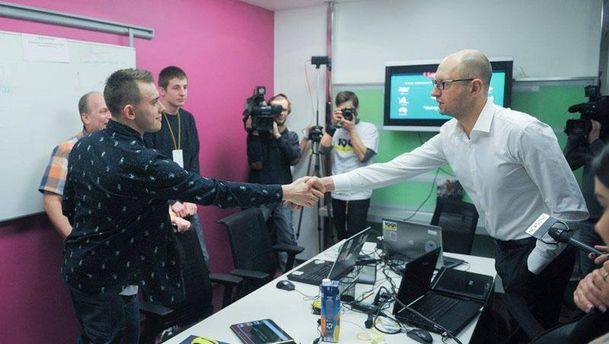 Арсений Яценюк с участниками инкубатора ИТ-проектов
