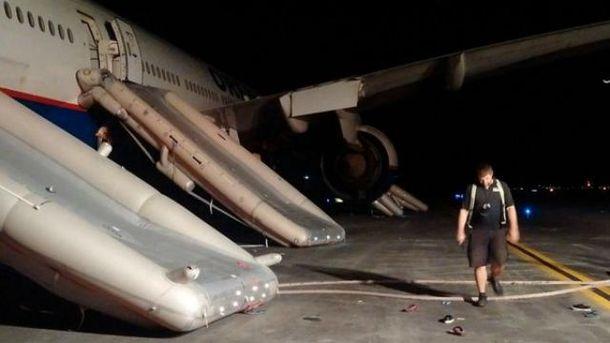 Эвакуация пассажиров Boeing-777