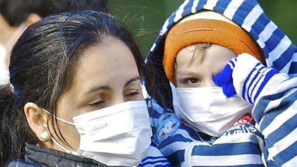 Мать с ребенком в масках