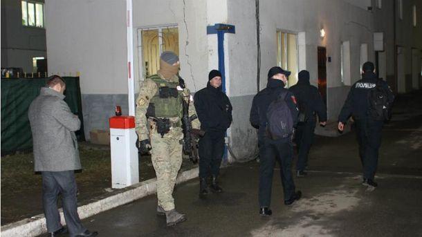 Обыск в здании управления патрульной полиции