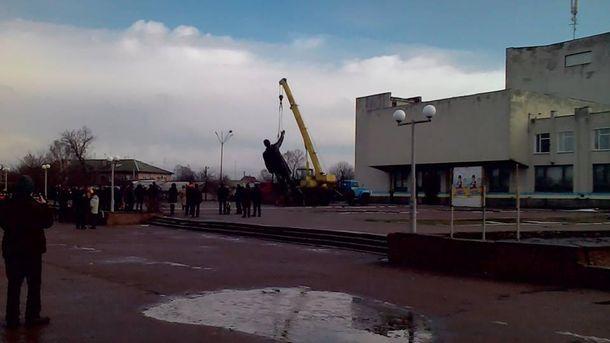 В Щорсе демонтировали памятник Ленину