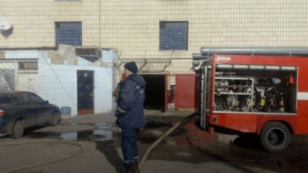 На месте пожара работают спасатели