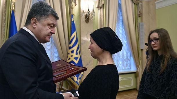 Петр Порошенко награждает вдову Героя