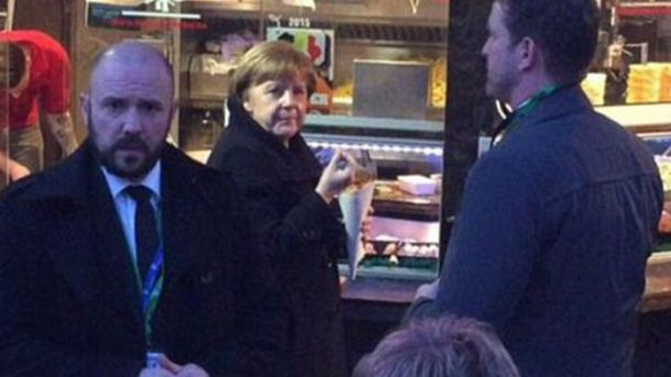 Меркель поїдає  фаст-фуд