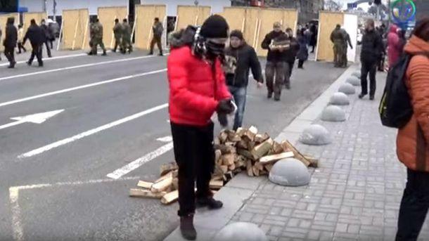 На Майдан сносят дрова