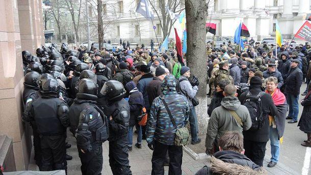 Протестующие под офисом СКМ