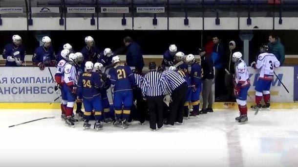 Оказывают помощь хоккеисту