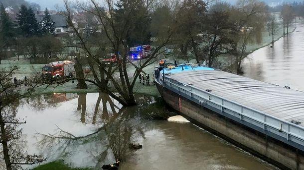Баржа перегородила річку
