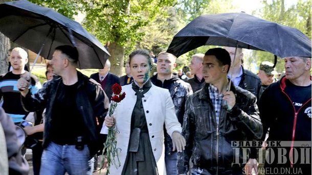 Появилось видео, как Королевскую облили зеленкой вСлавянске