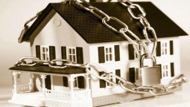 Эксперт объяснил, когда могут забрать жилье за долги по коммуналке