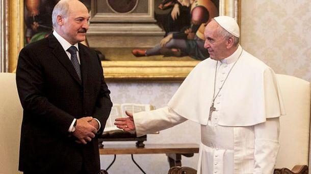 Лукашенко подарил медаль папы Римского участнице шоу «Голос»