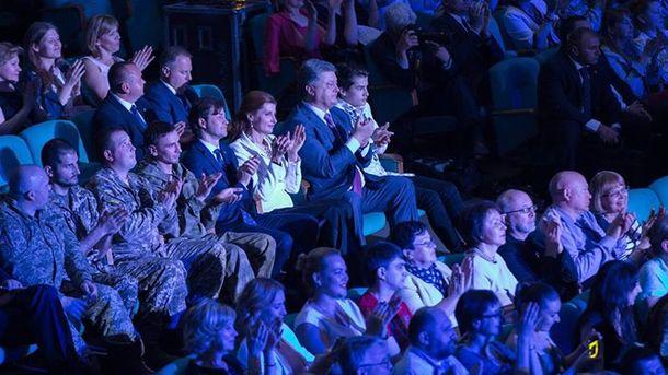 Порошенко вместе своеннослужащими посетил концерт Джамалы