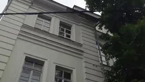 У Києві частина карнизу обвалилась на пішоходів
